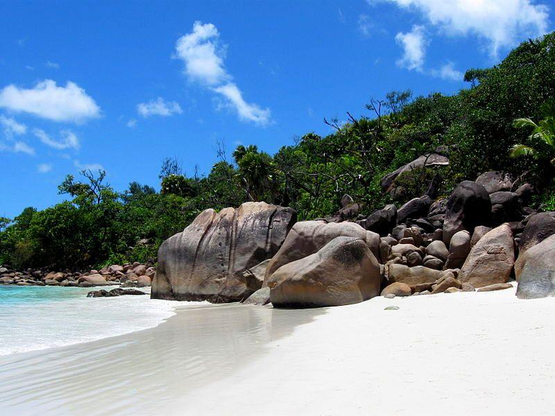 800px-Seychelles_2010_414-Praslin-Sunshine-Lady